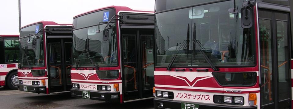 バス3台左側